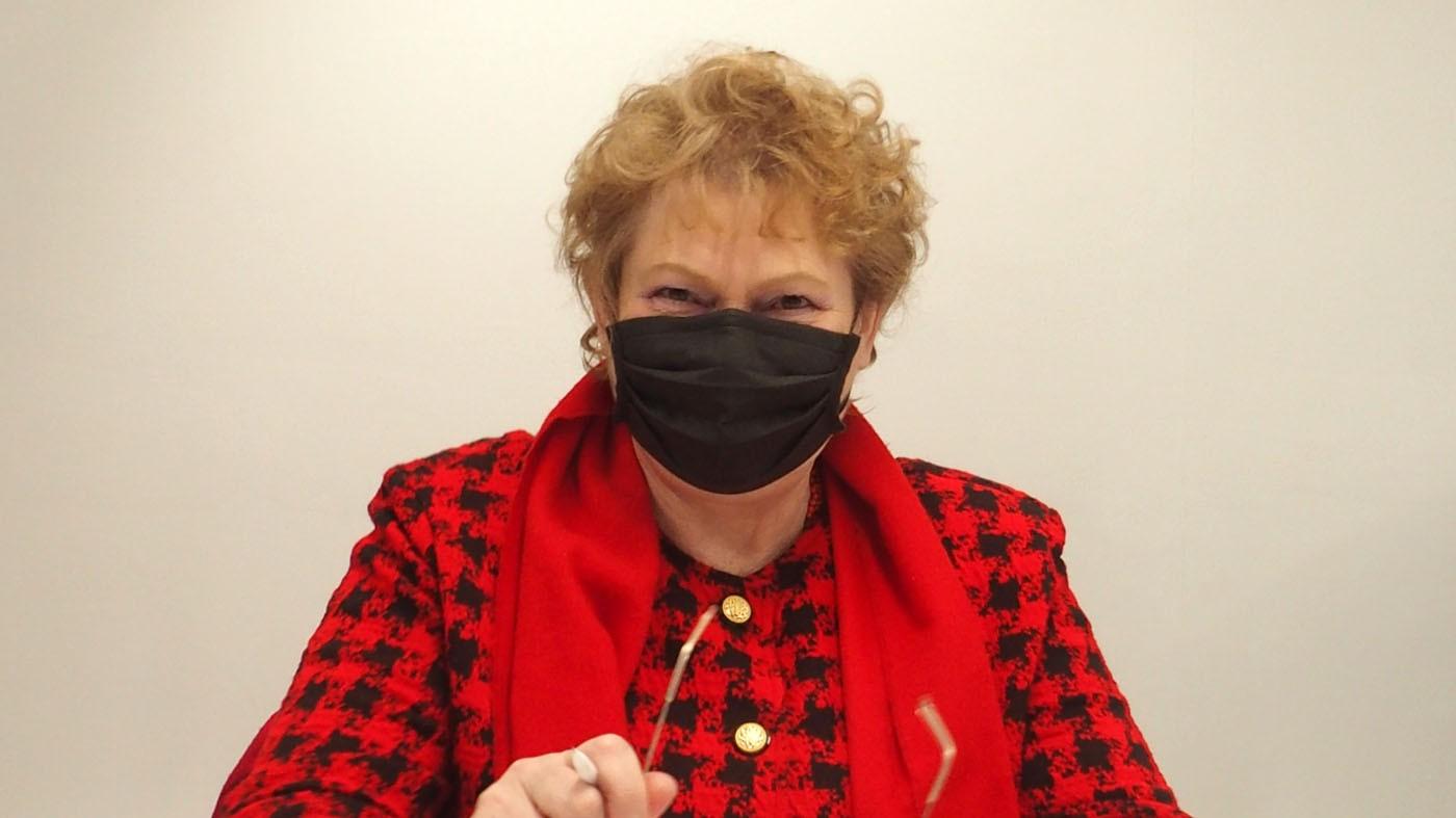 Sylvie Simon souriante sous le masque (Ar Bernic)