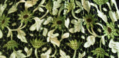 Motif fleurs sur tablier de theix