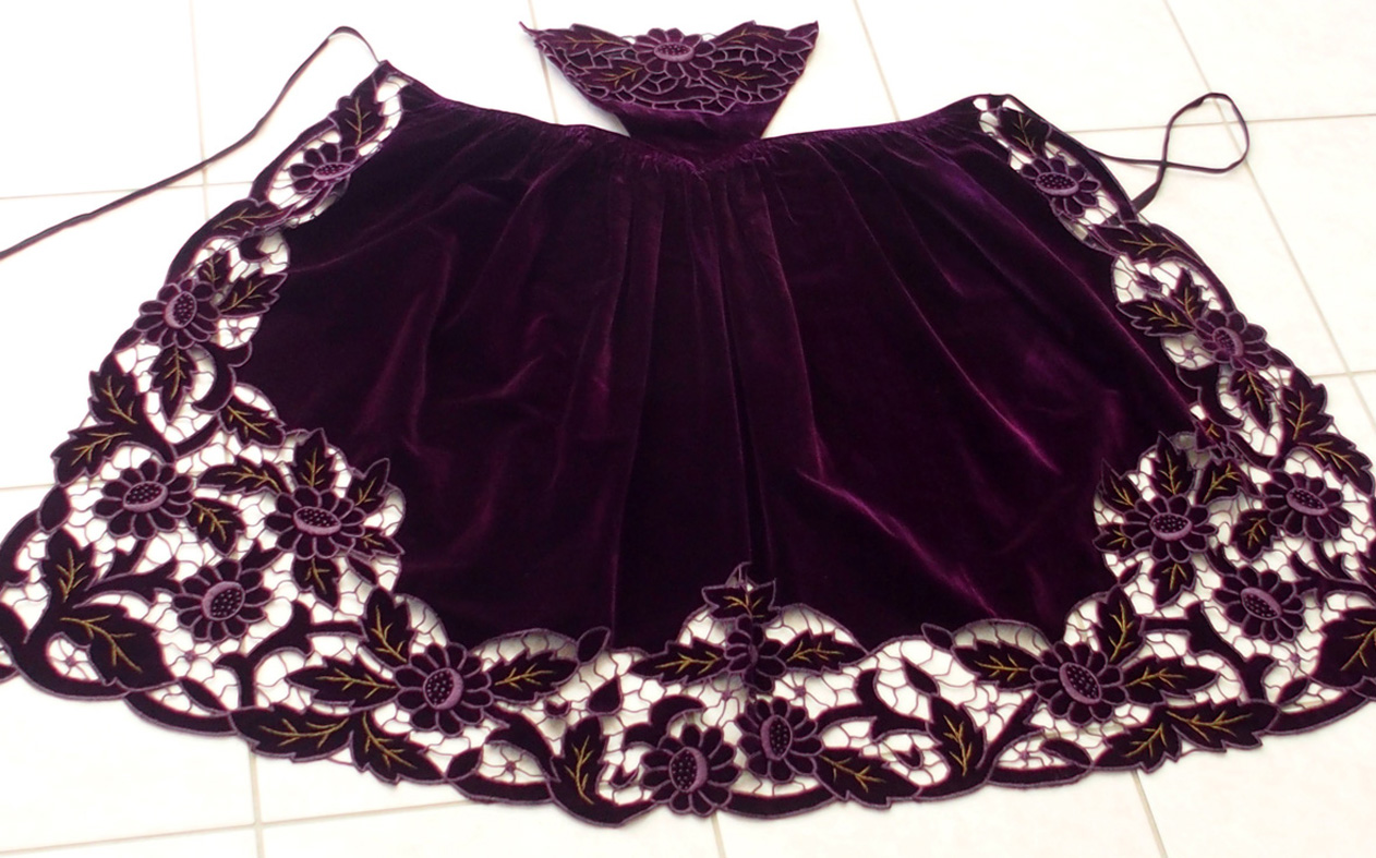 Un tablier richelieu en velours violet